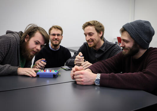 Studenter på masterprogrammet i informasjonsvitenskap viser sine prototyper