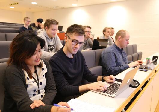 Masterstudentene Jay Poltakova og Aleksander Nygård Tonheim på forelesning i informasjonsvitenskap.