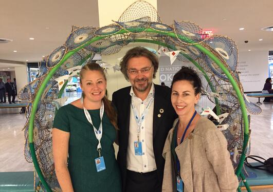 Antropologtrioen Ingrid Ahlgren, Edvard Hviding og Jennifer Telesca (fra venstre) fotografert på FNs havkonferanse første uken i juni 2017.