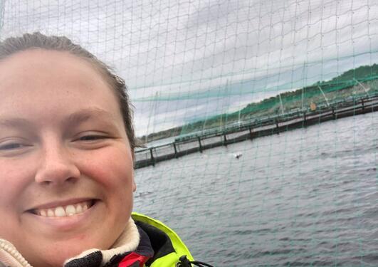 Anna K. Enerstvedt på fiskeoppdrettsanlegg