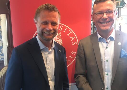 Helseminister Bent Høie (t.v.) og rektor ved UiB Dag Rune Olsen