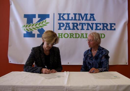 Bilde fra underskrivingen av avtalen