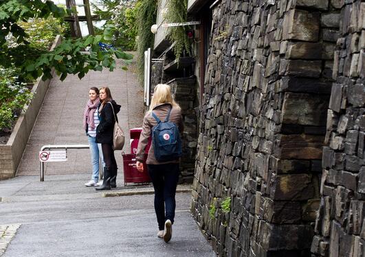 Bildet viser en student utenfor realfagsbygget.