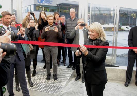 Næringsminister Monica Mæland opnar det nye algepilotanlegget på Mongstad.