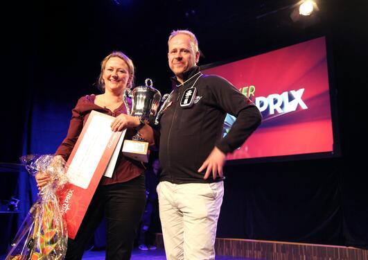 Silja Torvik Griffiths og Nils Petter Oveland på scenen under Forsker Grand Prix.
