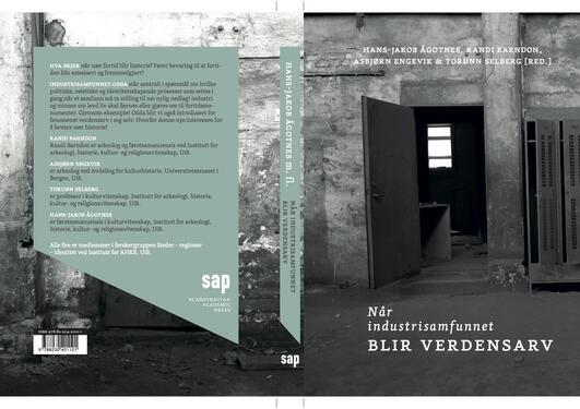 Vi ser bak- og frontcoveret til boken, et svarthvitt bilde som viser inngangen til et forlatt fabrikkarbeider kontor, ved siden av to tomme garderobeskap