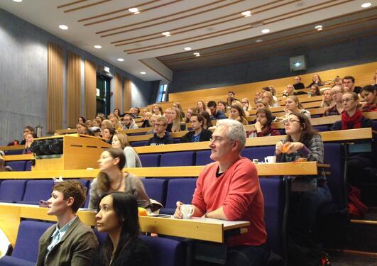 Deltakere på informasjonsmøte for årsstudentene i psykologi