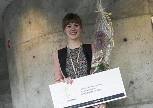 Ingrid Fjellberg med premien og blomster