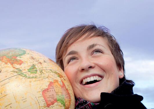 Kvinne med globus