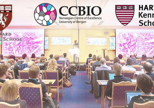 Collage av forelesing i sal og logoane til CCBIO, Harvard Medical School og Harvard Kennedy School.