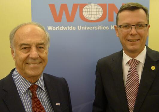 WUN-direktør John Hearn (til venstre) og UiB-rektor Dag Rune Olsen på 2014-årsmøtet til forskningsnettverket WUN i Cape Town.