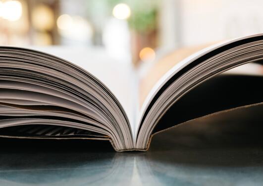Illustrasjon av en åpen bok
