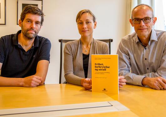 Jørn Jacobsen, Linda Gröning og Erling Johannes Husabø viser frem sin nye bok i strafferett