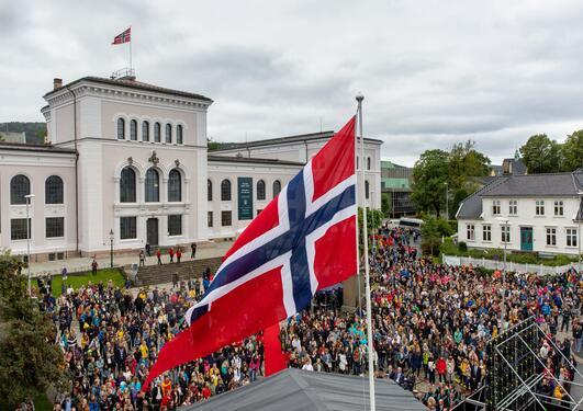 Norsk flagg på Museplassen på velkomstarrangement.