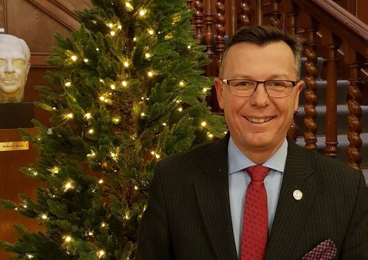 Rektor Dag Rune Olsen står foran et julestre