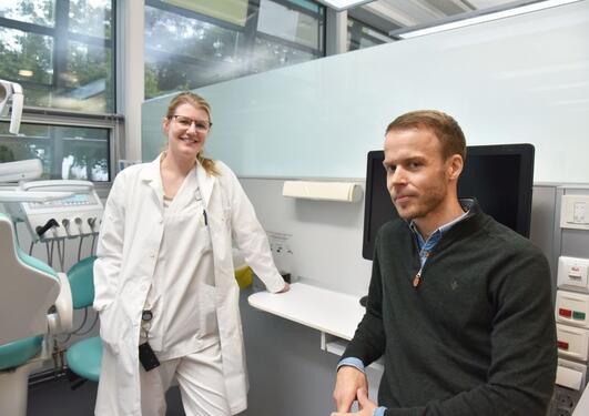 Forskerlinjestudent June Bolme og førsteamanuensis Torbjørn Østvik Pedersen ved IKO fikk bekrefter tatoveringsteori