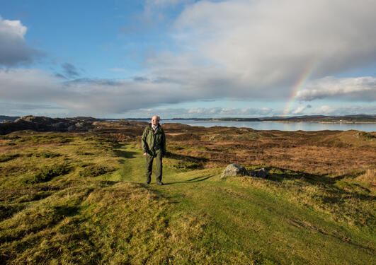 Professor Peter Emil Kaland of UiB's Department of Biology at the Heathland Centre north of Bergen, a museum for the preservation of the traditional European heathlands.