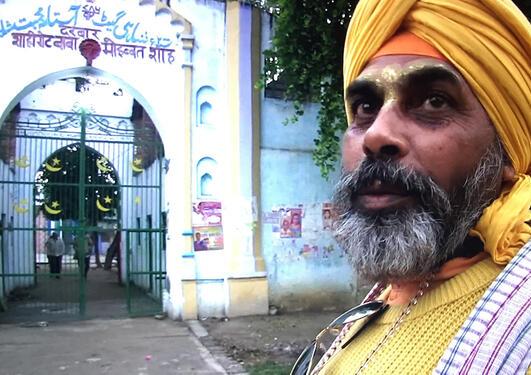 Panditji, hindupresten, med Sikh-turban på besøk til en muslimsk Sufi-grav.