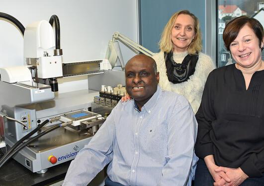 Kamal Mustafa, Cecilie Gjerde og Marit Bakke ved 3-D printeren