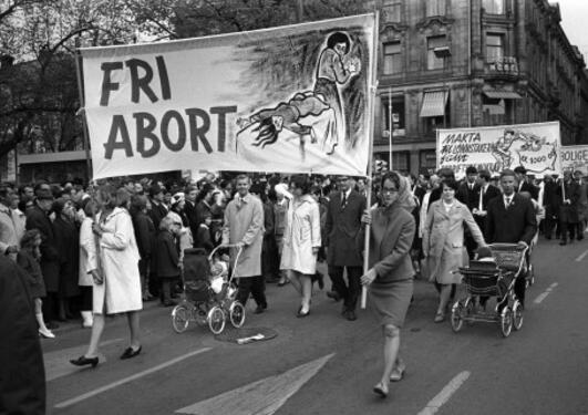 Kvinner marsjerer for retten til fri abort