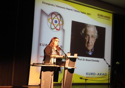 Kariane Westrheim tar imot Kurd-Akad pris for Noam Chomsky, 2017.