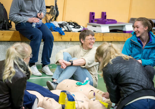 Anne Berit Guttormsen tar seg tid til studentene sine. Det merkes på motivasjonen til studentene. Her i dialog med medsinstudent Linda Olson under en gruppeøvelse i akuttmedisin.