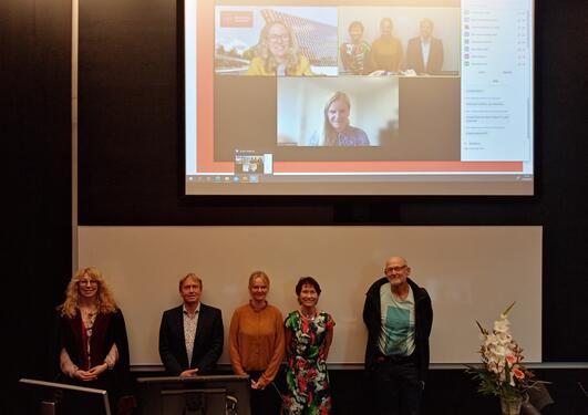 Fra venstre custos Bodil Lund, leder av komiteen Asgeir Bårdsen, Kathrin Beyer, veilederne Anne Isine Bolstad og Johan G. Brun. På skjerm bak sees opponentene Nagihan Bostanci og Siri Lillegraven.