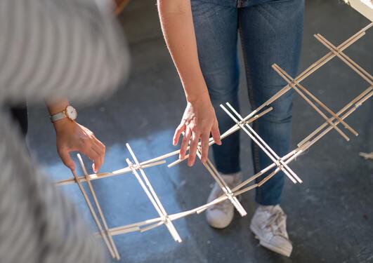 Nærbilde av studentarbeid i tre