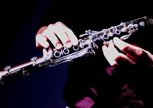 bilde av to hender som holder en klarinett