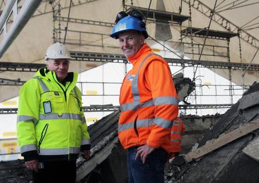 Damian Flores fra Eiendomsavdelingen ved UiB sammen med Gisle Clemetsen, byggeleder i Stoltz Entreprenør oppe på taket på det som skal bli det nye klimabygget ved Universitetet i Bergen