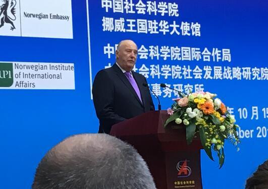 Kong Harald holder åpningstalen på et kinesisk-norsk symposium i Kinas hovedstad Beijing.