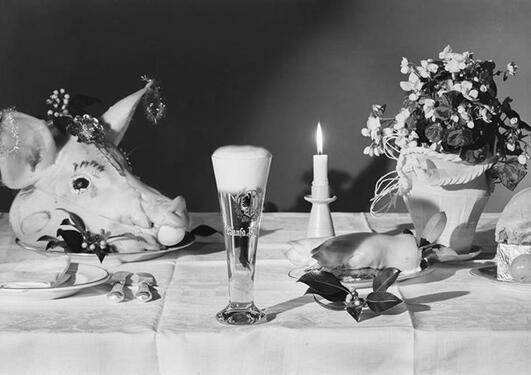 Matbord med helt grisehode