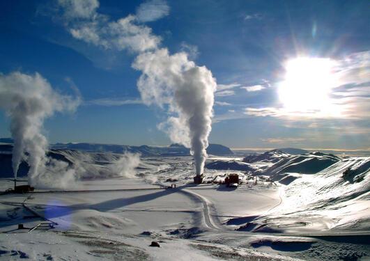 Noen steder – som her på Kraftla på Island – er jordvarmen ganske lett tilgjengelig. Andre steder må man flere kilometer ned i grunnen for å hente opp det som kalles dyp geotermisk energi.