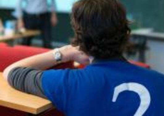 Mann med blå skjorte med sprøsmålstegn