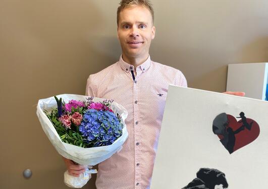 Lars Fadnes med blomster og bilde