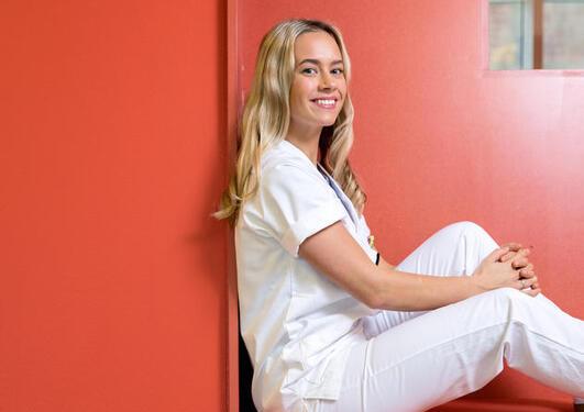 Line Bråten studerer tannpleie. Hun liker at det er mye obligatorisk undervisning på studiet
