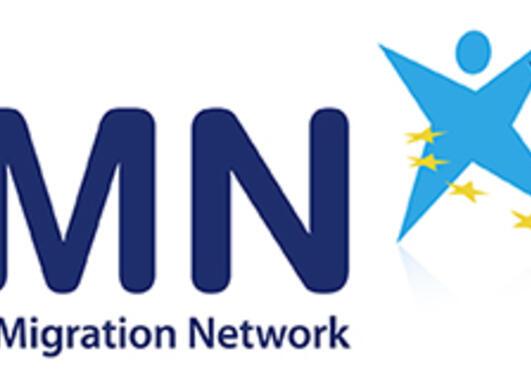 Forkortinga EMN, med det fulle namnet European Migration Network under, to strekfigurar i lyseblått og mørkeblått med EU-stjernene i ein krans rundt seg til høgre for teksten