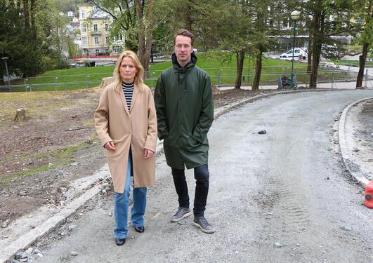 Ingrid Lundeberg og Kristian Mjåland i Nygårdsparken (Foto: Andreas R. Graven, Uni Research)