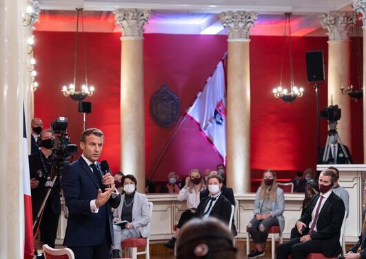 Macron snakker til studenter ved VU