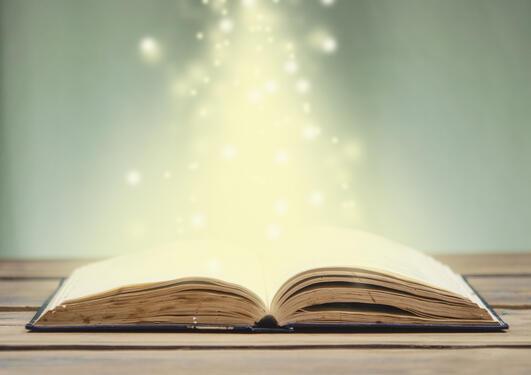 Åpen bok med magisk lys