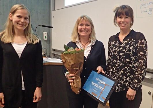 Prodekan Berte-Elen Konow får tildelt mållagsprisen på vegne av fakultetet. Her med Gunhild Lauvsnes og Brita Helleland