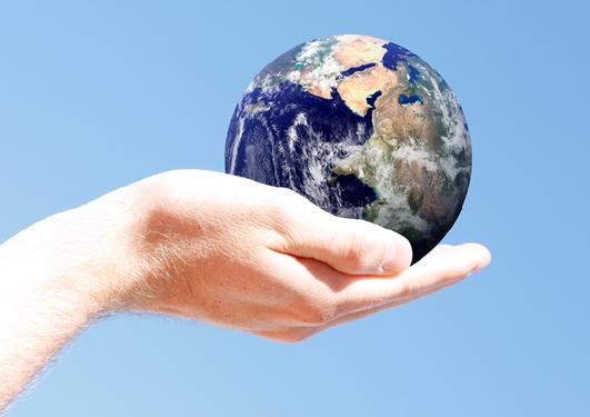bilde av en hånd som holder planeten jorden