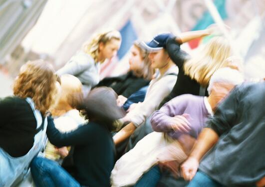 Skurrete bilde av folkemengde med mange ungdommer og noen voksne