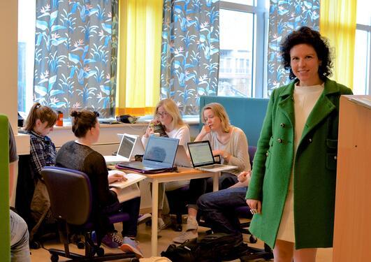 Bibliotekdirektør Maria-Carme Torras i Calvo på Bibliotek for realfag, studenter i bakgrunnen.