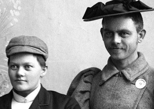 Marie Høeg utkledt som en mann, og en ukjent mann utkledt som kvinne