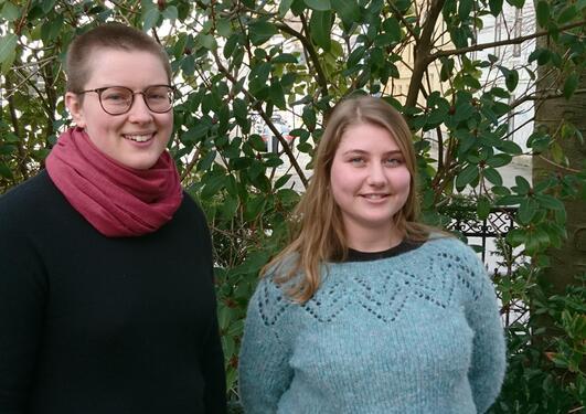 To studenter som smiler