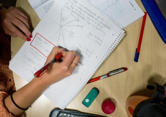 Student løser oppgaver på universitetet