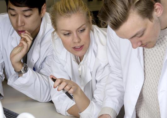Medisinstudenter på lab