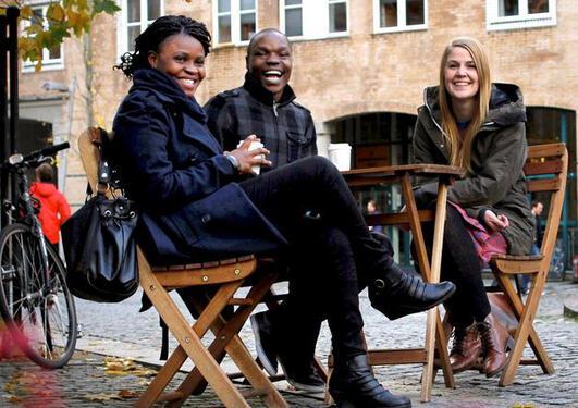 Studenter som drikker kaffe utenfor SV-fakultetet