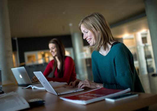 Den nye Kandidatundersøkelsen viser at 83 prosent av de som har mastergrad eller profesjonsutdanning oppgir at de har fått relevant jobb..